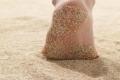فوائد المشي حافي القدمين على صحة الإنسان ..