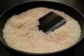 خرافة الأرز.. كيف تصلح هاتفك إذا سقط في الماء أو انسكب عليه سائل؟