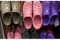 الأكثر قبحا والأعلى مبيعا.. كورونا يعيد حذاء الأطباء المطاطي للأسواق