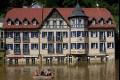 في التشيك-السكان يستخدمون القوارب لمواجهة أسوأ فيضانات تتعرض لها المنطقة منذ عقد من الزمن