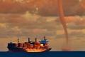 بالصور: سفينة إيطالية تنجو بأعجوبة من إعصارٍ مدمرٍ