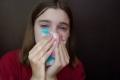 لنفس سبب سيلان الانف عند البكاء.. لماذا تدمع العين عند التمخط بقوة؟