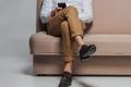 لماذا نضع ساقا على ساق أثناء الجلوس؟ وهل هناك أضرار؟