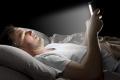 لماذا يجب علينا الابتعاد عن استخدام الهواتف الذكية عند النوم؟