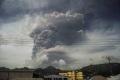 الهواء أصبح مليئاً بالكبريت! رماد يغطي جزيرة بعد انفجارات بركانية أجبرت الآلاف على الهروب (فيديو)