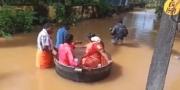 """""""الحب في زمن الفيضان"""".. هنديان ذهبا إلى زفافهما في طنجرة طبخ"""