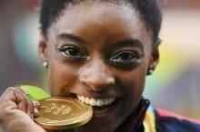 لماذا يعض أبطال الأولمبياد ميدالياتهم الذهبية؟ السبب علمي.. لكنه يخفى ...