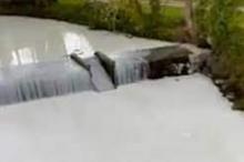 """نهر في ويلز يتحول إلى """"وادٍ للحليب"""".. حادثة تُغير لونه ..."""