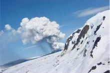ثلاثة أعمدة من الرماد ترتفع فوق بركان هدسون والسكان يقومون ...