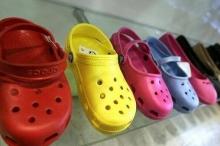 """كيف تحول الحذاء """"القبيح"""" إلى شركة بقيمة مليار دولار؟"""
