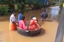 """""""الحب في زمن الفيضان"""".. هنديان ذهبا إلى زفافهما في طنجرة ..."""