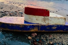 قارب صغير على شاطئ ناءٍ بأمريكا يثير دهشة زوجين.. اكتشفا ...