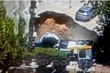 """شاهد- انهيار أرضي يبتلع سيارات قرب مستشفى """"شعاري تصيدق"""" بالقدس"""