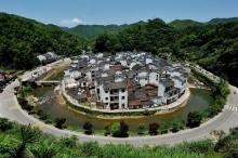 بالصور | تحيطها الجبال من كل جانب.. تعرف على القرية ...