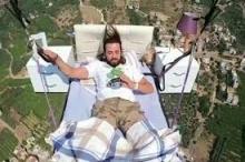 على ارتفاع 800 متر.. شاب تركي يطير بسريره ويأخذ غفوة ...