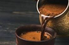 هل تسحب القهوة الماء من الجسم؟