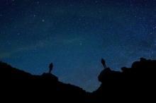 مع كل هذه النجوم المشعة ضوءا.. لماذا تبدو سماء الليل ...
