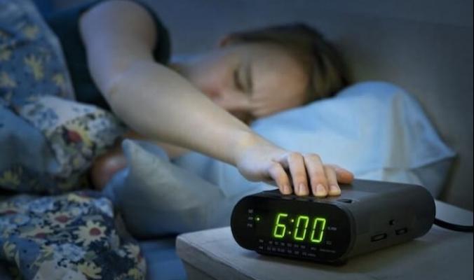 لماذا نستيقظ أحياناً قبل رنين المنبه بدقائق قليلة؟