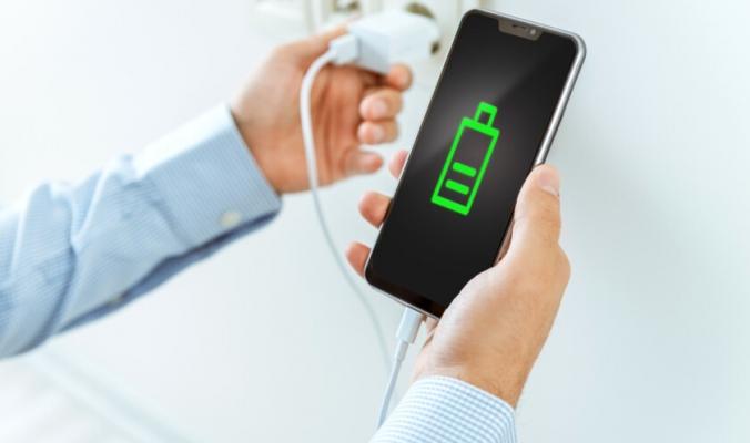 هل شحن الهاتف طوال اليوم يقصّر عمر البطارية أم الأفضل تفريغها نهائياً؟