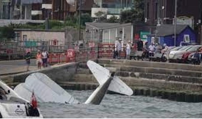 شجاعة طيار تنقذ أرواح العشرات.. أغرق طائرته في البحر بعد تعطّلها بدلاً من السقوط على الجماهير (فيديو)