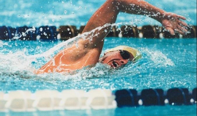 """مع بدء موسم السباحة .. هل يمكن لـ""""كوفيد-19"""" أن ينتشر في الماء؟"""