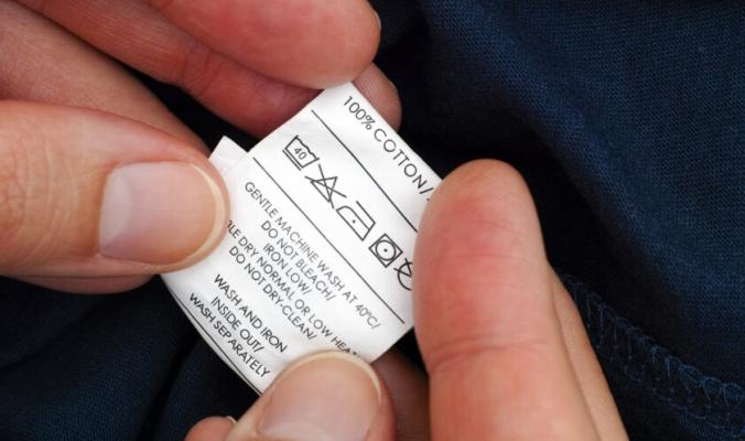 هل تعرف معاني رموز الغسيل على ملصقات الملابس؟ نساعدك على التمييز بينها