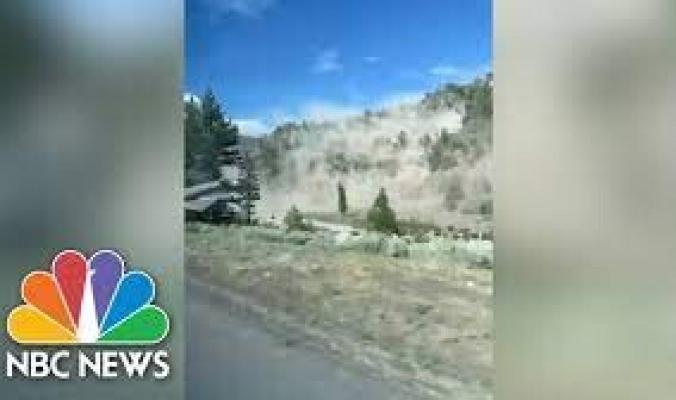 """""""صخور بحجم سيارات"""" اندفعت إلى طريق سريع.. فيديو لمخلفات زلزال استمر 30 ثانية في أمريكا"""