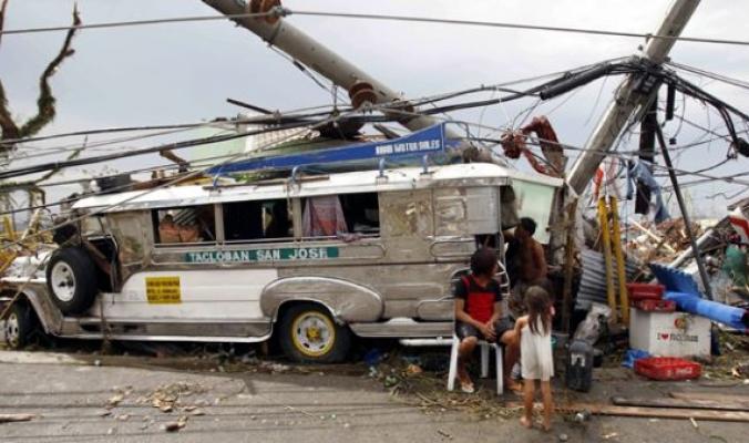 """رعب ودمار وأكثر من 1200 قتيل جراء اعصار """"هايان"""""""