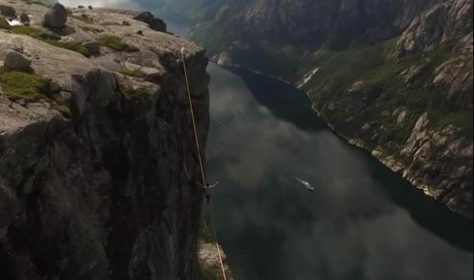 لحظات مرعبة.. انزلاق قدم مغامر عن حبل معلق على ارتفاع ألف متر (فيديو)