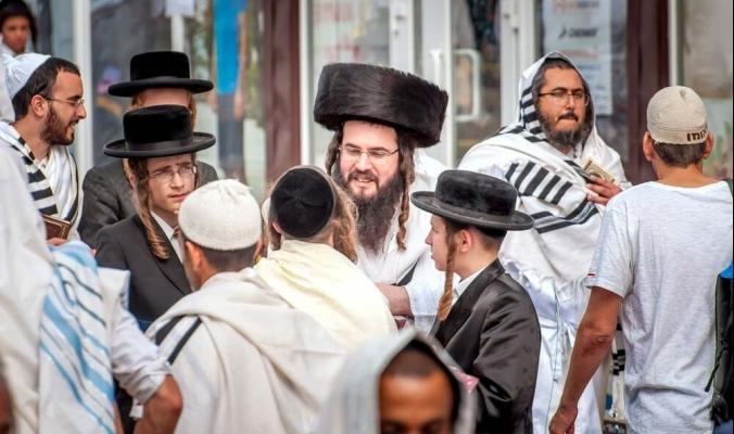"""يضعون عصبات على أعينهم لتجنب """"النساء غير المحتشمات .. ماذا تعرف عن اليهود الحسيديين؟"""