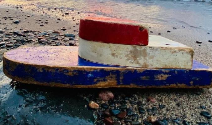 قارب صغير على شاطئ ناءٍ بأمريكا يثير دهشة زوجين.. اكتشفا أنه أُطلق قبل 27 عاماً في جولة تعليمية