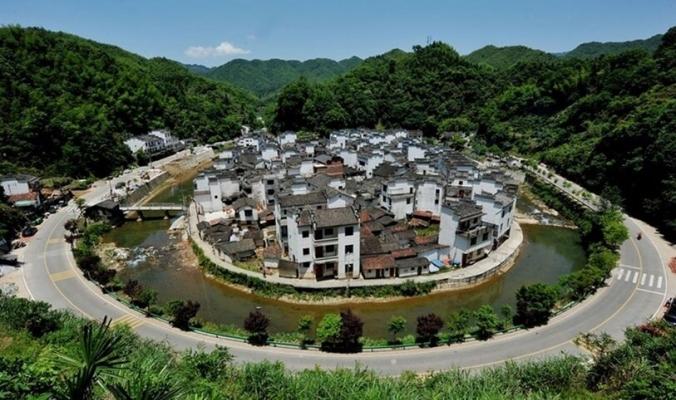 بالصور | تحيطها الجبال من كل جانب.. تعرف على القرية الصينية المستديرة