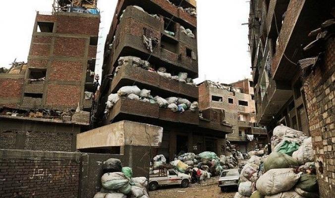 """هل سمعت يوماً بمدينة القمامة"""" في القاهرة، أحد أغرب الأحياء السكنية في العالم!!"""