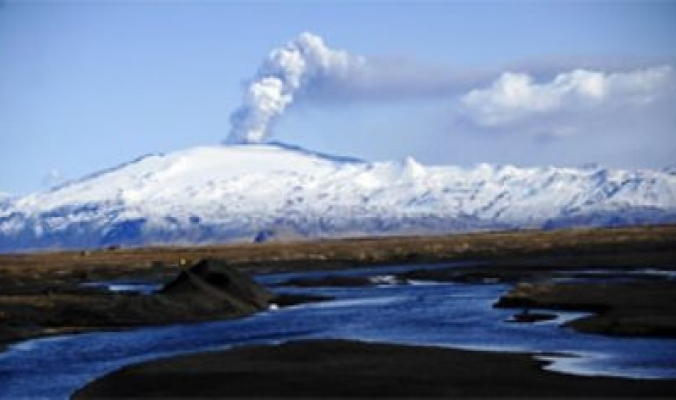 بعد سنة من اغلاق المجال الجوي بركان ايسلندي اخر يتسبب في اغلاق جديد
