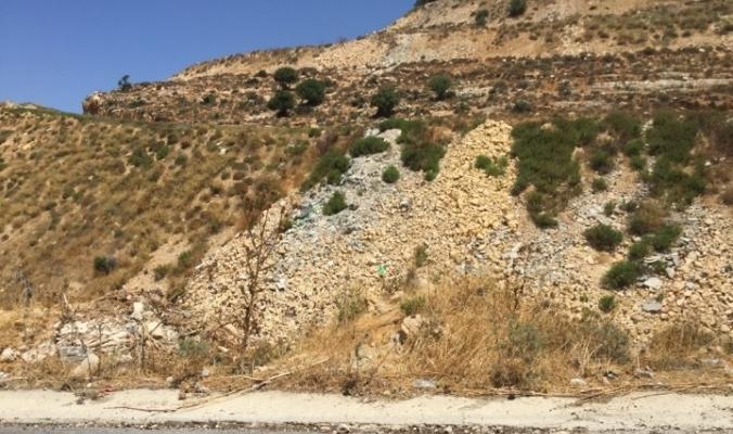 أكوام مخلفات البناء العشوائية تشوه الطرقات الفلسطينية في غياب التشريعات الصارمة