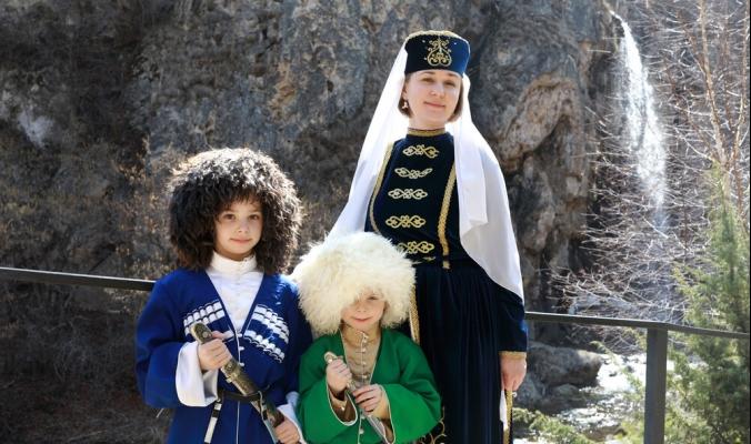 من الطربوش العربي إلى الباباخا الشركسية.. تعرَّف على أبرز القبعات التقليدية حول العالم وقصصها المثيرة