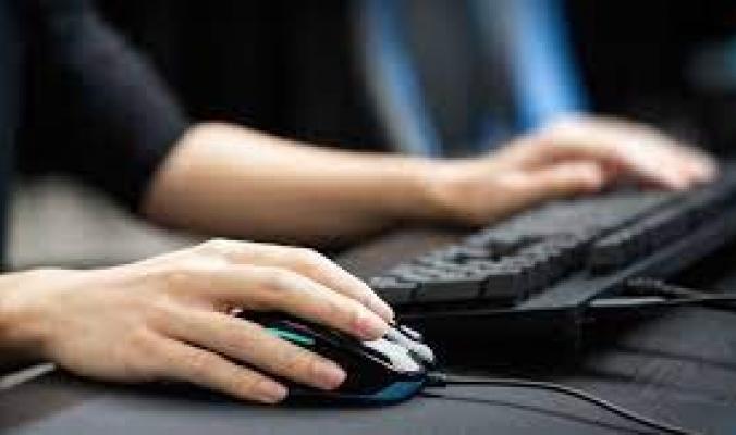 تجمَّد مؤشر الماوس على شاشتك أو توقفت لوحة المفاتيح عن العمل؟ بإمكانك حل المشكلة باتباع هذه الخطوات