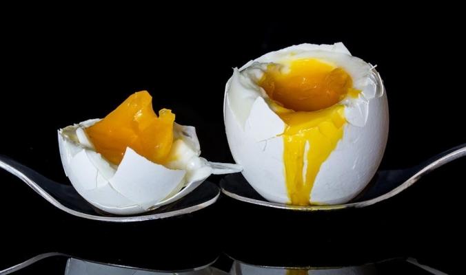 لماذا يصبح البيض جامدا عند طبخه؟