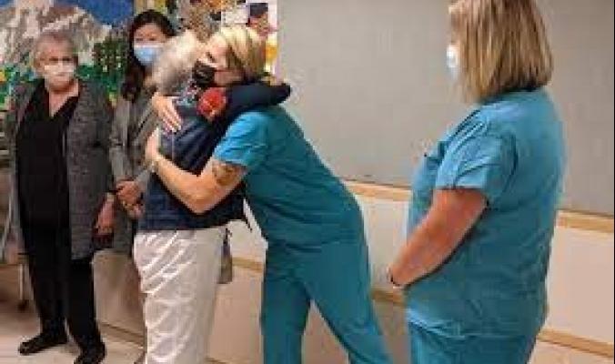 قاربت 100 عام.. تقاعد أكبر ممرضة عاملة في أميركا