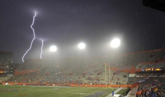 """""""البرق"""" يضرب ملعب كرة قدم.. شاهد ما حدث!"""