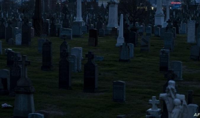 جنازة خلفت جنائز.. كورونا يضرب مقاطعة أميركية بعنف