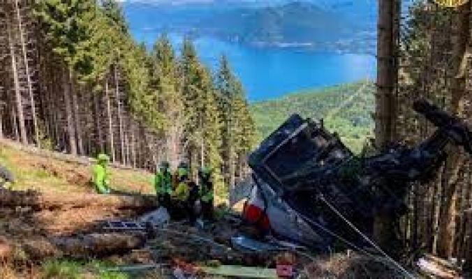 """فيديو يُظهر اللحظات الأولى لكارثة سقوط """"التلفريك"""" الإيطالي.. ارتد بسرعة مخيفة واصطدم بالجبل"""