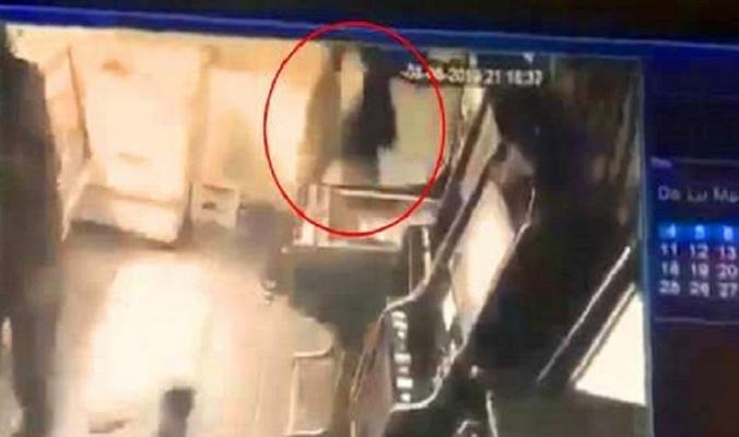 غاضب تصوّره الكاميرا وهو يقتل امرأة و4 رجال بأربع ثوانٍ