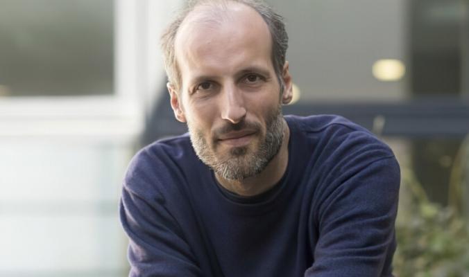 عالم رياضيات بريطاني يحصل على جائزة قيمتها 3 ملايين دولار بعد تمكنه من حل سلسلة معادلات بالغة التعقيد