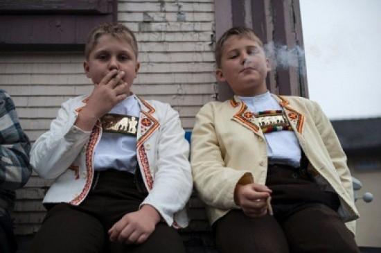 صور: لماذا يسمح الأباء لأطفالهم بالتدخين في سويسرا؟