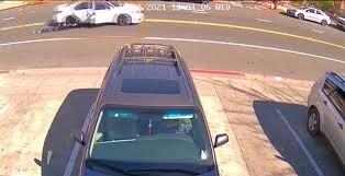 """لصوص يسحلون سيدة نحو 100 قدم لسرقة حقيبتها! كاميرا مراقبة وثَّقت الحادث والشرطة تبدأ التحقيق """"شاهد"""""""