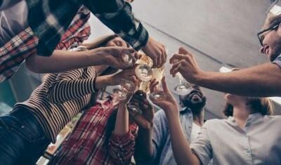 جوائز مالية لمن يصاب أولاً بكورونا.. طلاب أمريكيون ينظمون حفلات لالتقاط الفيروس