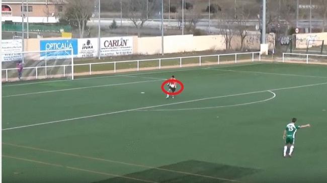 بالفيديو: حارس مرمى يمنح فريقه الانتصار بهدف صاروخي!
