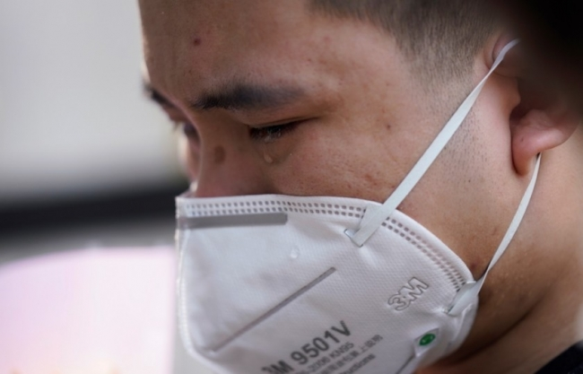 """عدد الضحايا """"أكبر بكثير"""" بالصين.. الجنازات بمراقبة الشرطة والحديث عن قتلى كورونا ممنوع تماماً"""