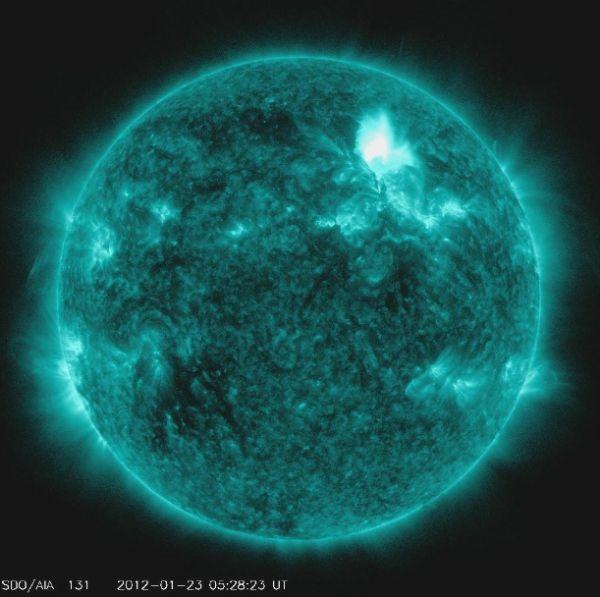 صورة الانفجار الشمسي الذي وقع يوم الاحد الماضي